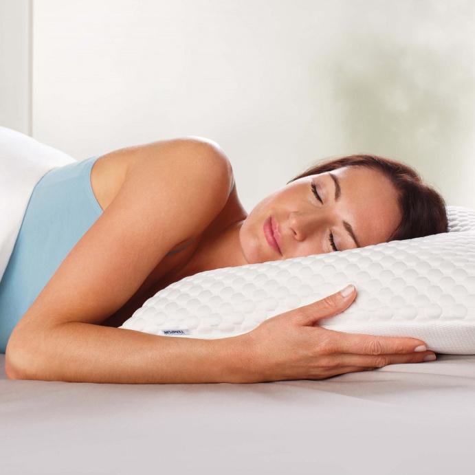 Moters, miegančios ant Tempur Comfort Cloud pagalvės, vaizdas