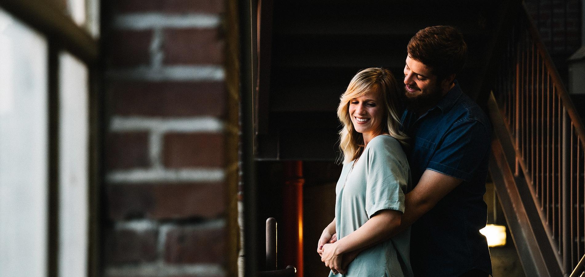 Apsikabinusios poros komfortabilioje aplinkoje didelė nuotrauka