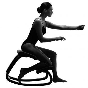 Moters, sėdinčios Variable balans kėdėje, vaizdas