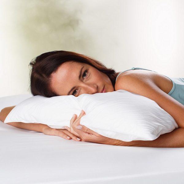 Moters, miegančios ant Tempur Traditional pagalvės, vaizdas