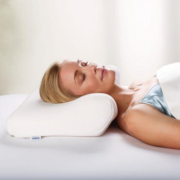 Moters, miegančios ant Tempur Millenium pagalvės, vaizdas