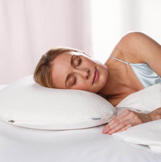 Moters, miegančios ant Tempur Sonata pagalvės, vaizdas
