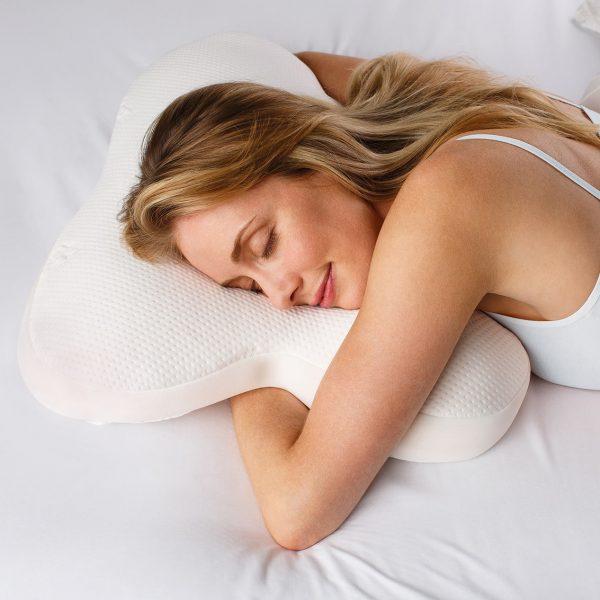 Moters, miegančios ant Tempur Ombracio pagalvės, vaizdas