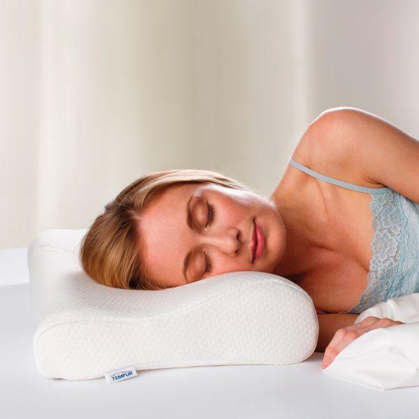 Moters, miegančios ant Tempur Original pagalvės, vaizdas