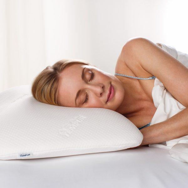 Moters, miegančios ant Tempur Symphony pagalvės, vaizdas