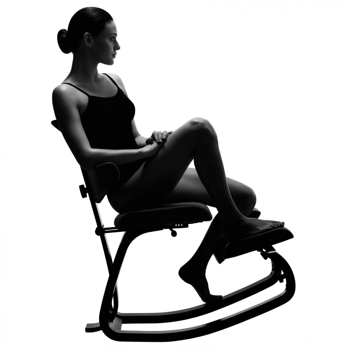 Moters, sėdinčios ant Varier Thatsit Balans kėdės, vaizdas