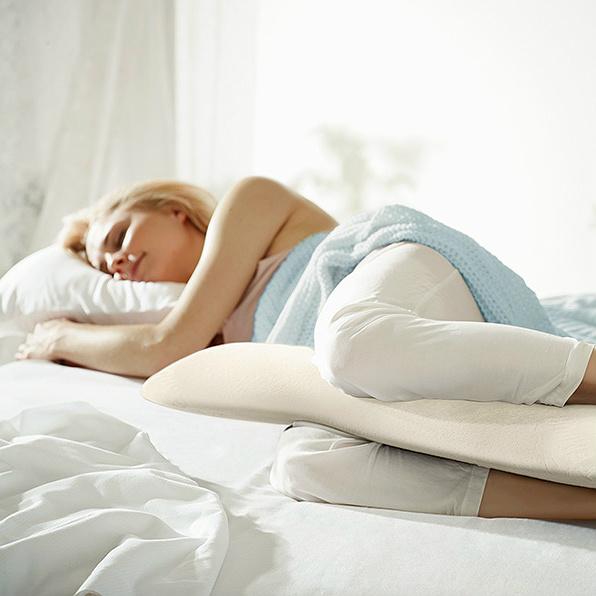 Moters, miegančios su Tempur daugiafunkcine pagalve, vaizdas