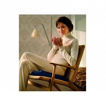 Moters, sėdinčios ant Tempur sėdėjimo pagalvėlės, vaizdas